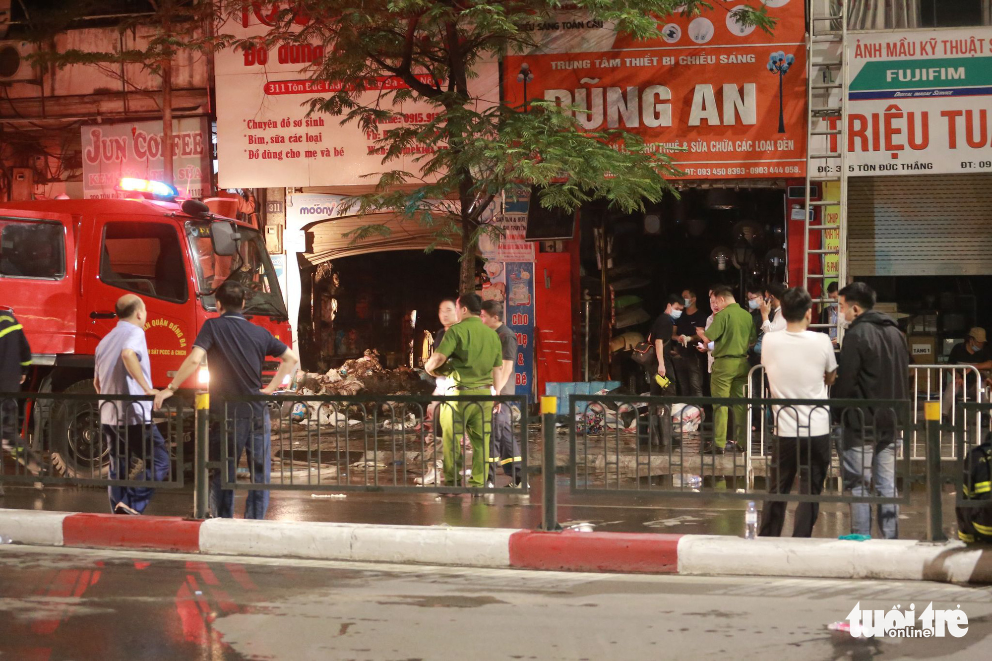 Police officers probe a fire that broke out at a baby store in Dong Da District, Hanoi, April 4, 2021. Photo: Chi Tue / Tuoi Tre