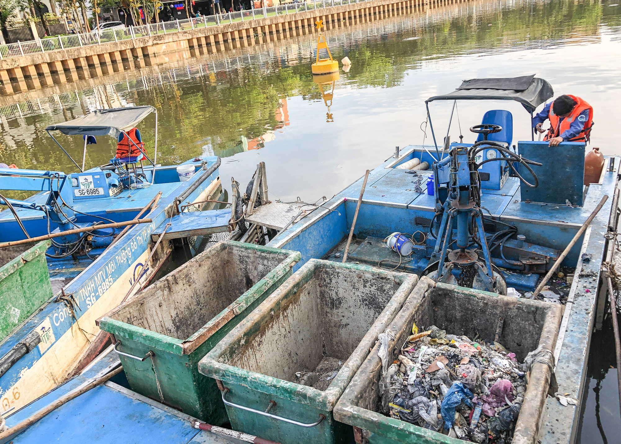 Dead fish is collected in Nhieu Loc - Thi Nghe Canal in Ho Chi Minh City, April 4, 2021. Photo: Chau Tuan / Tuoi Tre