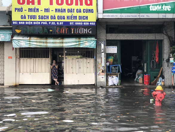 Nguyen Huu Canh Street in Ho Chi Minh City's Binh Thanh District is deep under floodwater, April 4, 2021. Photo: Chau Tuan / Tuoi Tre