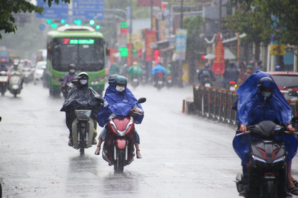 Scorching weather continues in southern Vietnam as unseasonal rains reduce