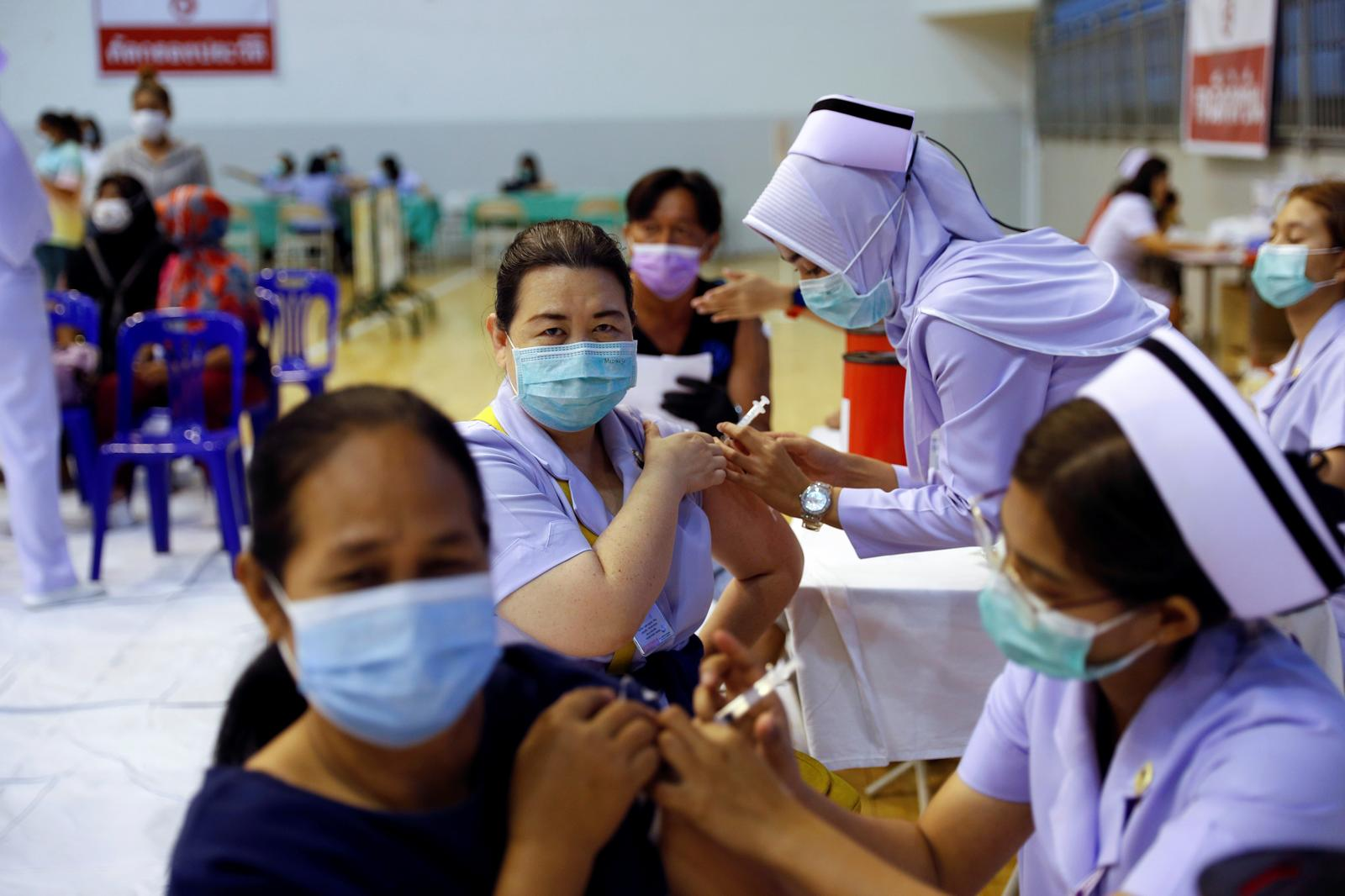 People receive the Sinovac COVID-19 vaccine as the Thai resort island of Phuket rushes to vaccinate its population amid the coronavirus disease (COVID-19) outbreak, and ahead of a July 1 ending of strict quarantine for overseas visitors, to bring back tourism revenue in Phuket, Thailand, April 1, 2021.  Photo: Reuters