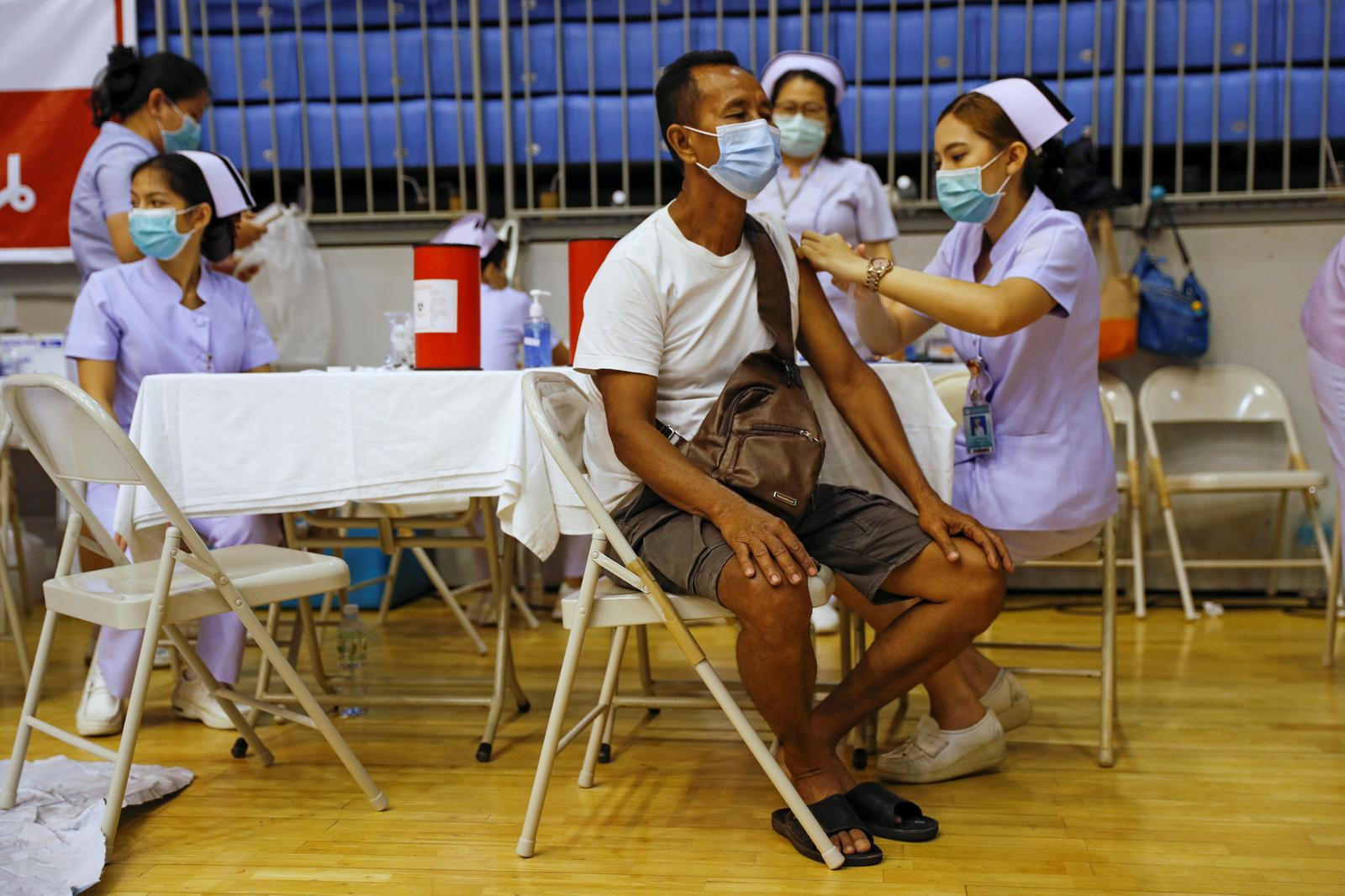 A man receives the Sinovac COVID-19 vaccine as the Thai resort island of Phuket rushes to vaccinate its population amid the coronavirus disease (COVID-19) outbreak, and ahead of a July 1 ending of strict quarantine for overseas visitors, to bring back tourism revenue in Phuket, Thailand, April 1, 2021.  Photo: Reuters