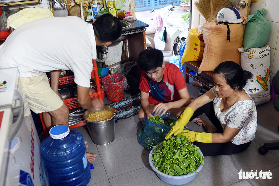 Gia Hung and the parents are preparing raw materials for a day. Hung's parents sell soy milk to earn a living. Photo: Duyen Phan / Tuoi Tre