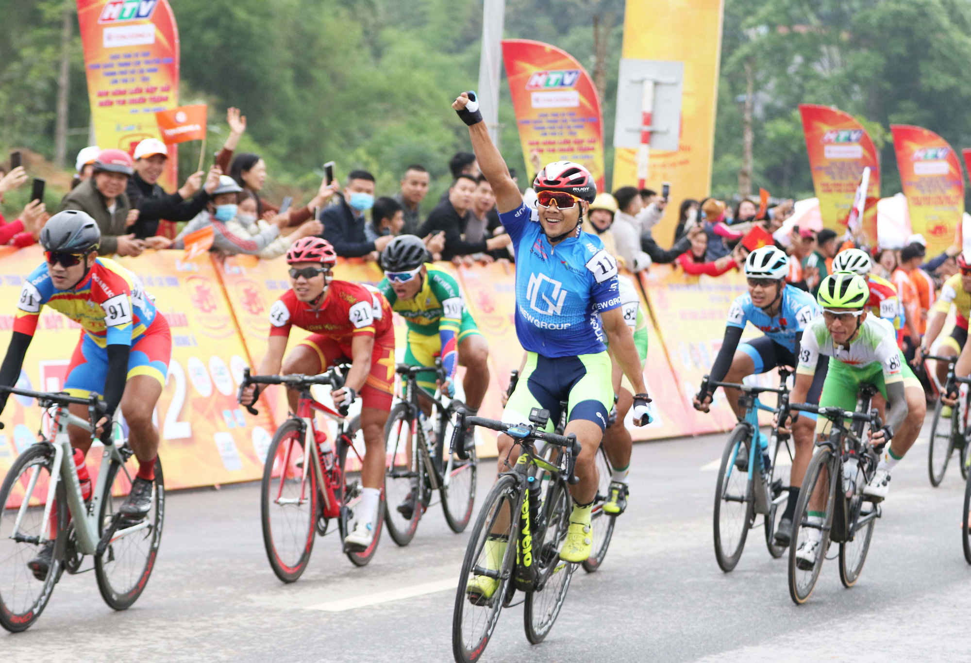 Cyclist Le Nguyet Minh of Ho Chi Minh City New Group reacts after finishing first in the opening stage at the HTV Cup national cycling tournament in Cao Bang Province, Vietnam, April 6, 2021. Photo: T.P. / Tuoi Tre
