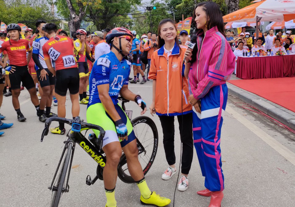 Vietnam's beauty queen congratulates winner of national cycling race's opener in person