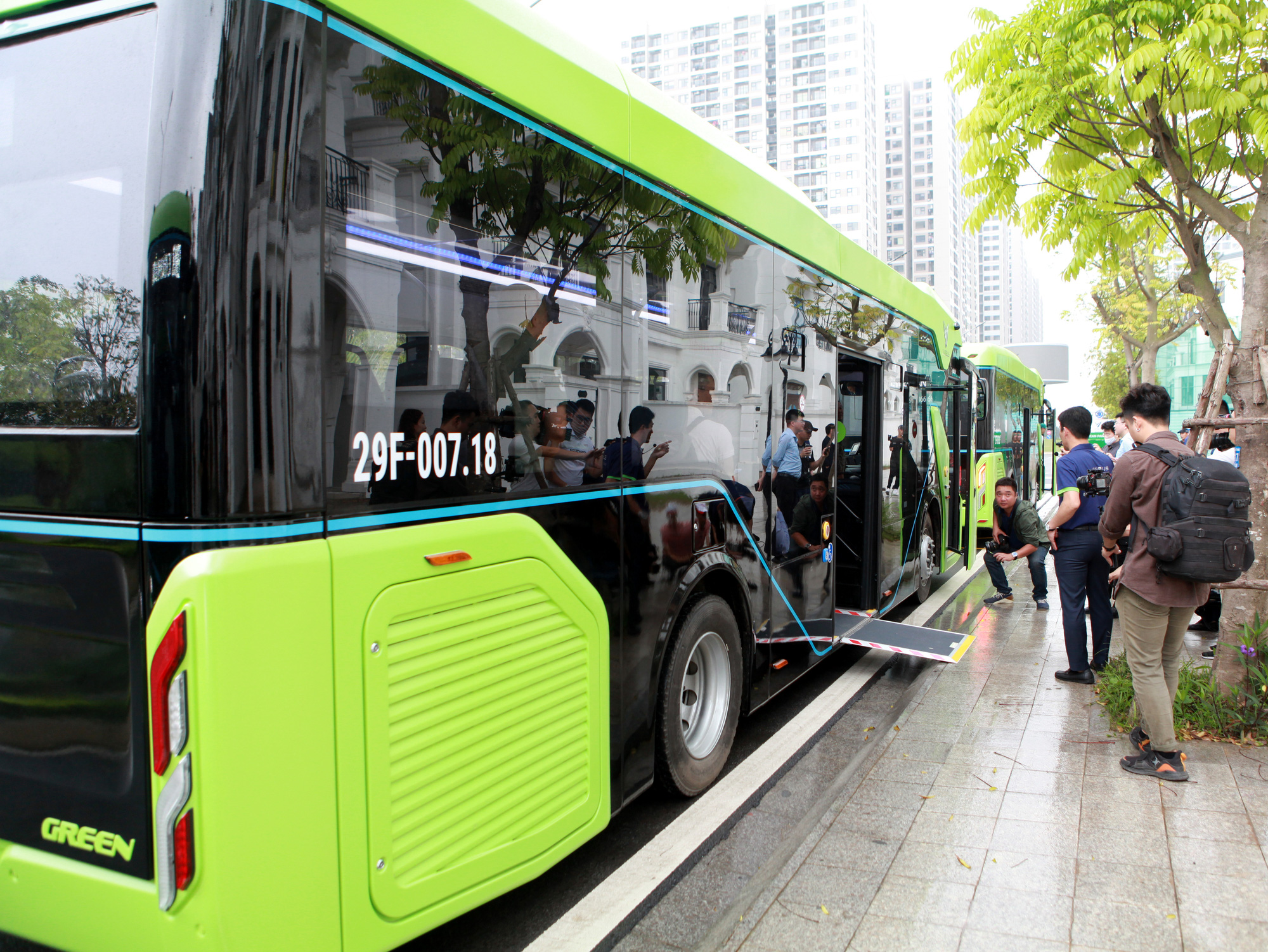 Passengers get on a smart e-bus operated by VinBus in Hanoi, April 8, 2021. Photo: Tuan Phung / Tuoi Tre