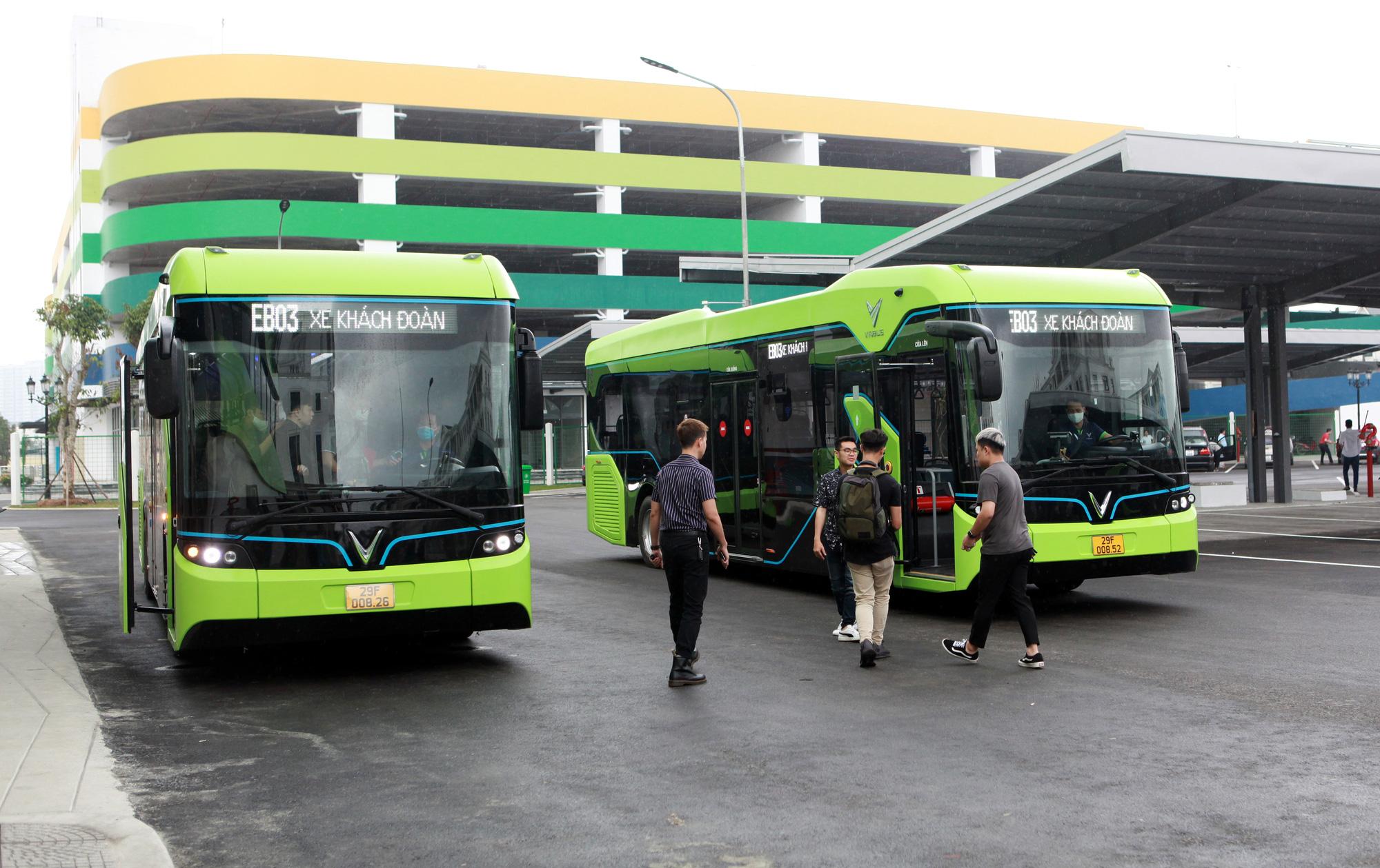 VinBus smart e-bus service is launched at Vinhomes Ocean Park urban area in Gia Lam District, Hanoi, April 8, 2021. Photo: Tuan Phung / Tuoi Tre