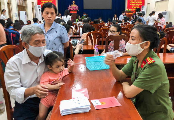 A senior citizen files registration for chip-based ID card at Ward 9, Go Vap District, Ho Chi Minh City, April 6, 2021. Photo: Minh Hoa / Tuoi Tre