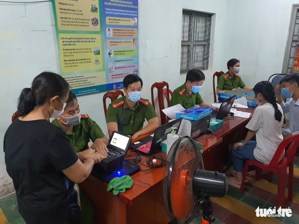 Registration booths for chip-based ID card in Linh Trung Ward in Thu Duc City under Ho Chi Minh City stay open at midnight, April 7, 2021. Photo: Minh Hoa / Tuoi Tre