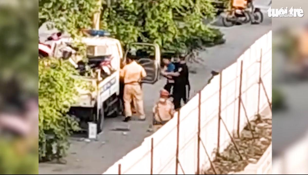 Traffic police officer filmed punching man in Hanoi