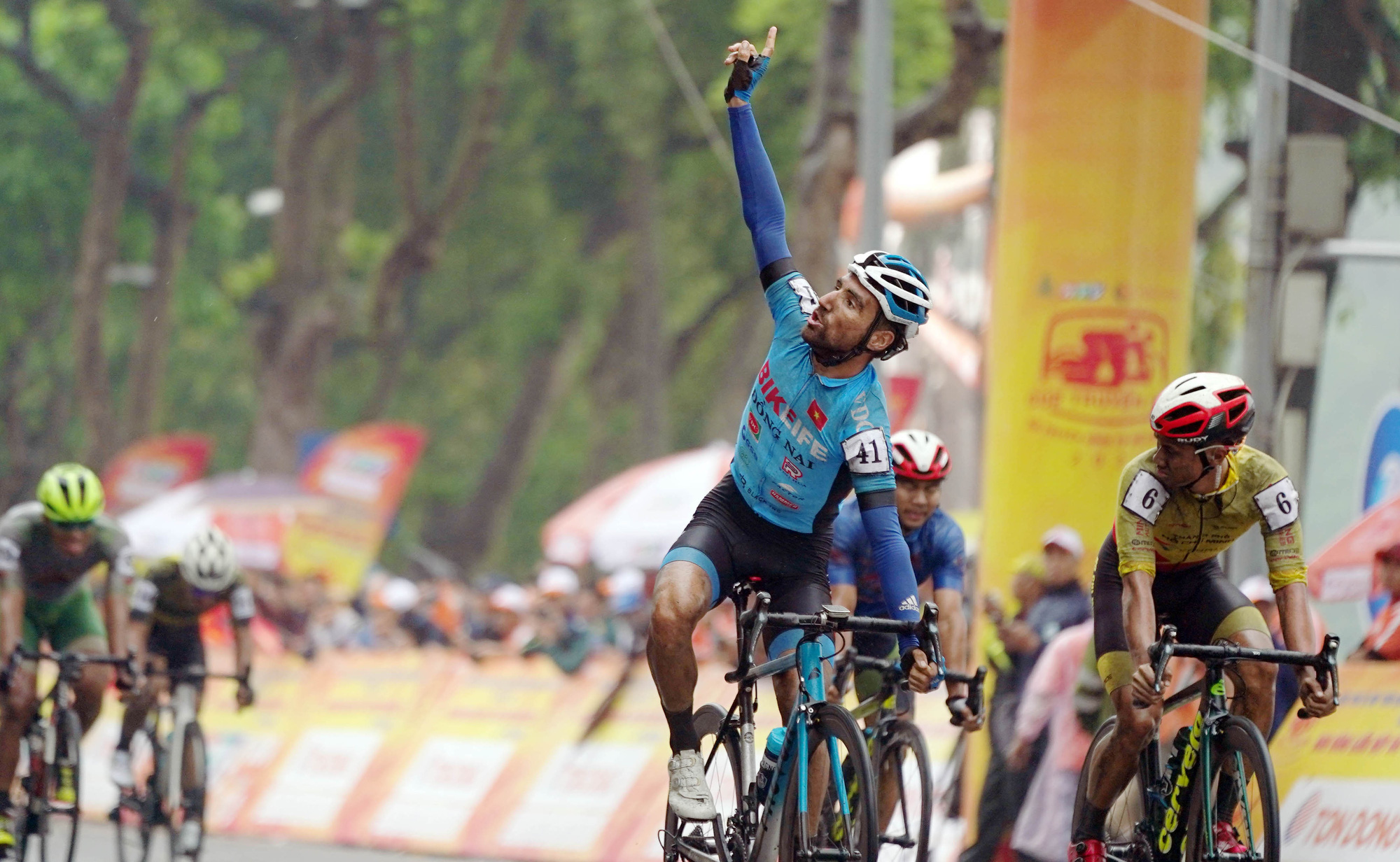 Former French men's U23 national team member shines in cycling race around Hanoi lake