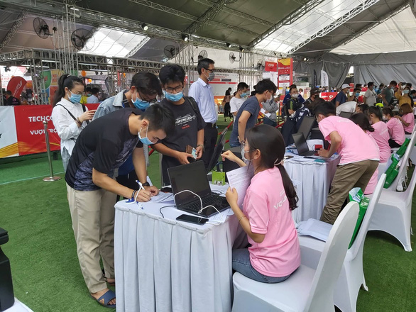Marathoners carry out procedures to register their participation in the marathon in Ho Chi Minh City, Vietnam, April 9, 2021. Photo: N. Binh / Tuoi Tre