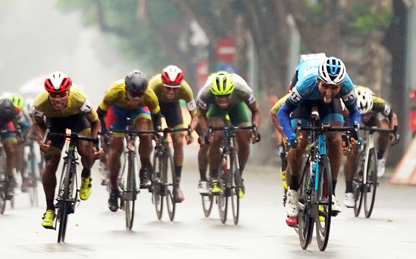 Cyclists race in the fifth stage of the HTV Cup national cycling tournament in Hanoi, April 10, 2021. Photo: T.P. / Tuoi Tre