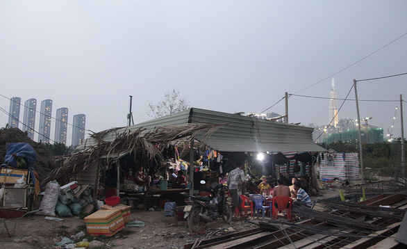 The makeshift shanty, built from leaves and corrugated iron at a building site in Thu Duc City, Ho Chi Minh City, is where Nguyen Quang Hieu, Nguyen Van Kiet and their team live and work. Photo: Cong Trieu / Tuoi Tre