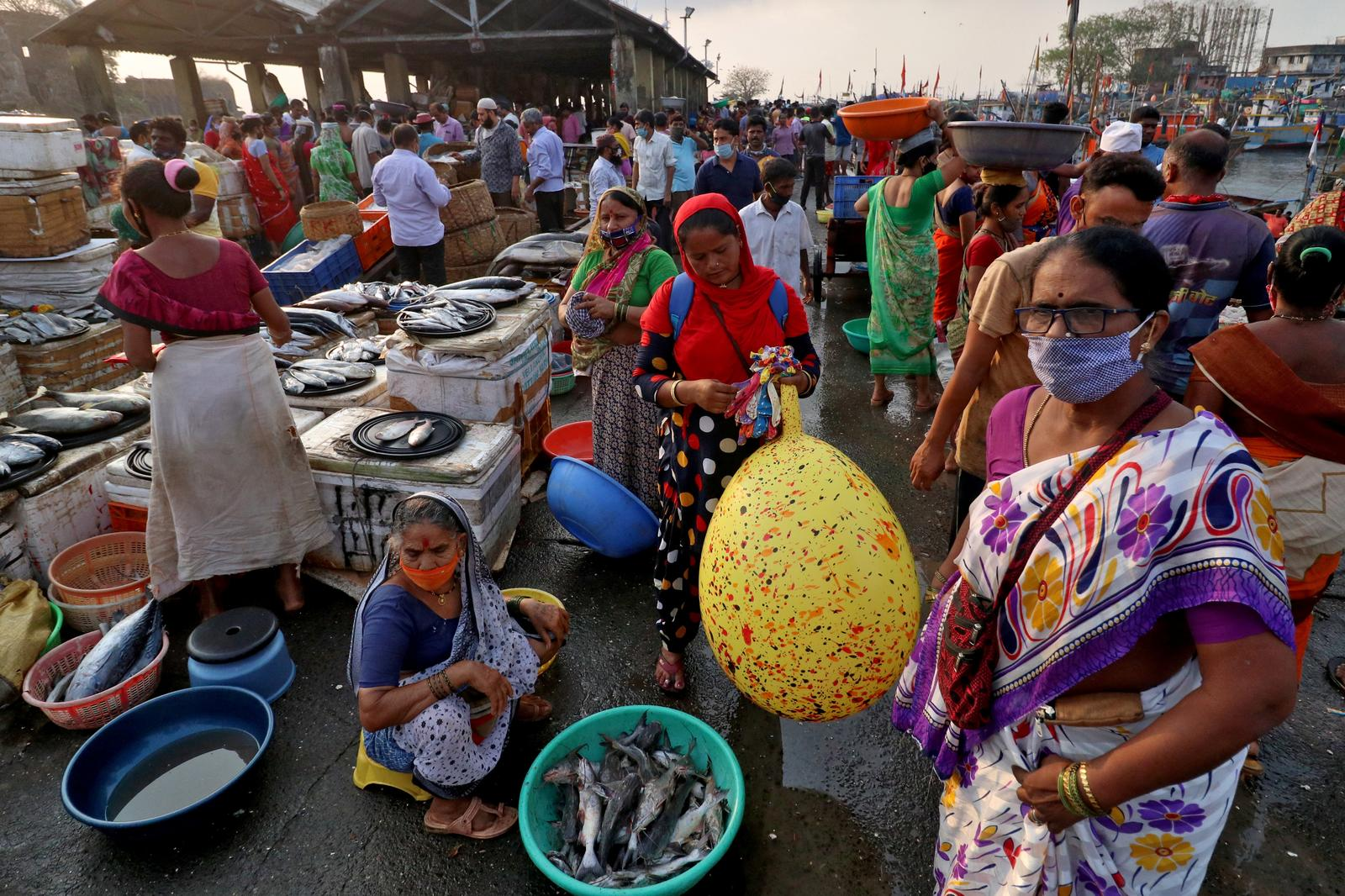 People are seen at a fish market, amidst the spread of the coronavirus disease (COVID-19), in Mumbai, India, April 12, 2021. Photo: Reuters