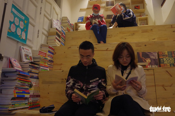 Young people read books at Mia Bookhouse, which offers books in diverse fields. Photo: Hien Huyen / Tuoi Tre