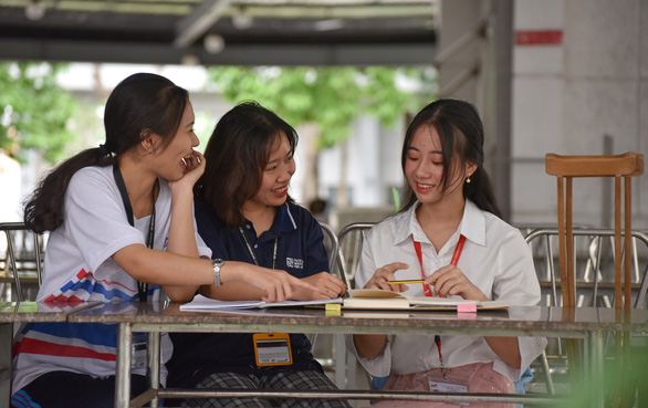 """""""I'll look for a suitable job to cover part of my tuition fees and gain new experiences,"""" said Nguyen Thi Cam Nhung (right). Photo: Ngoc Phuong / Tuoi Tre"""