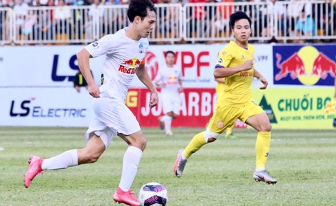 Hoang Anh Gia Lai FC top Vietnam league after last-gasp victory at crowded stadium