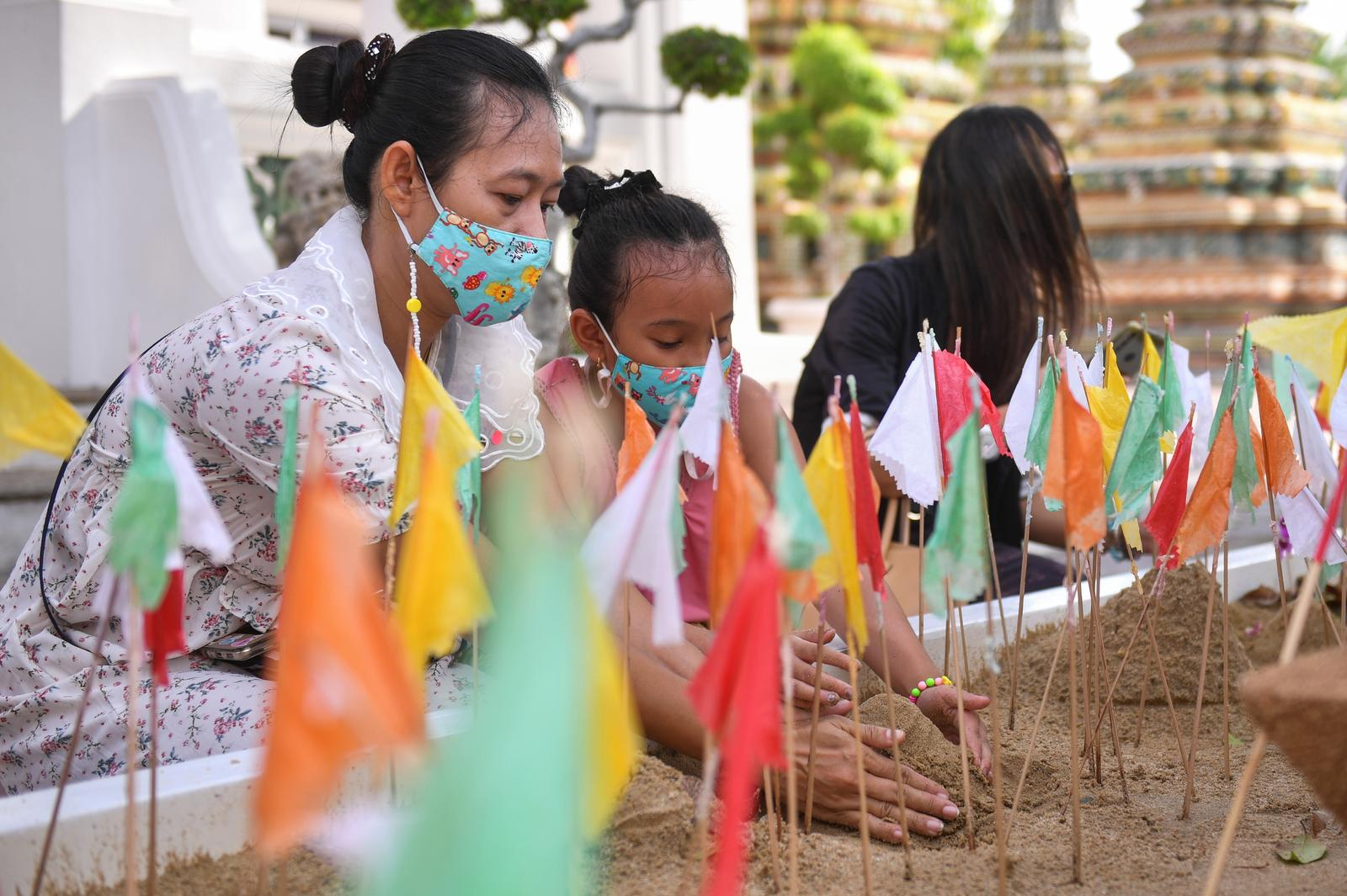 Thailand reports 965 new COVID-19 cases as biggest holiday begins