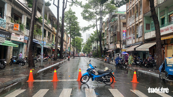 Nguyen Cong Tru Street in Nguyen Thai Binh Ward, District 1, Ho Chi Minh City is sealed off for inspection, April 12, 2021. Photo: Minh Hoa / Tuoi Tre