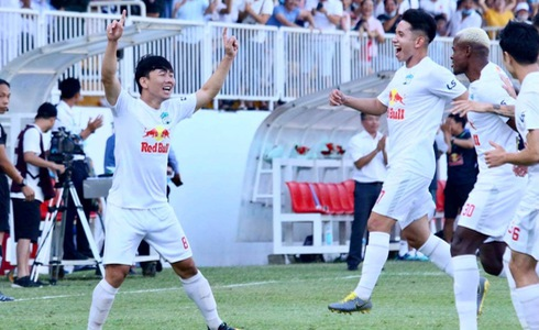 Hoang Anh Gia Lai FC players celebrate their goal in their clash with Duoc Nam Ha Nam Dinh FC in the ninth round of the V-League 1 at Pleiku Stadium in Gia Lai Province on April 12, 2021. Photo: Tuoi Tre