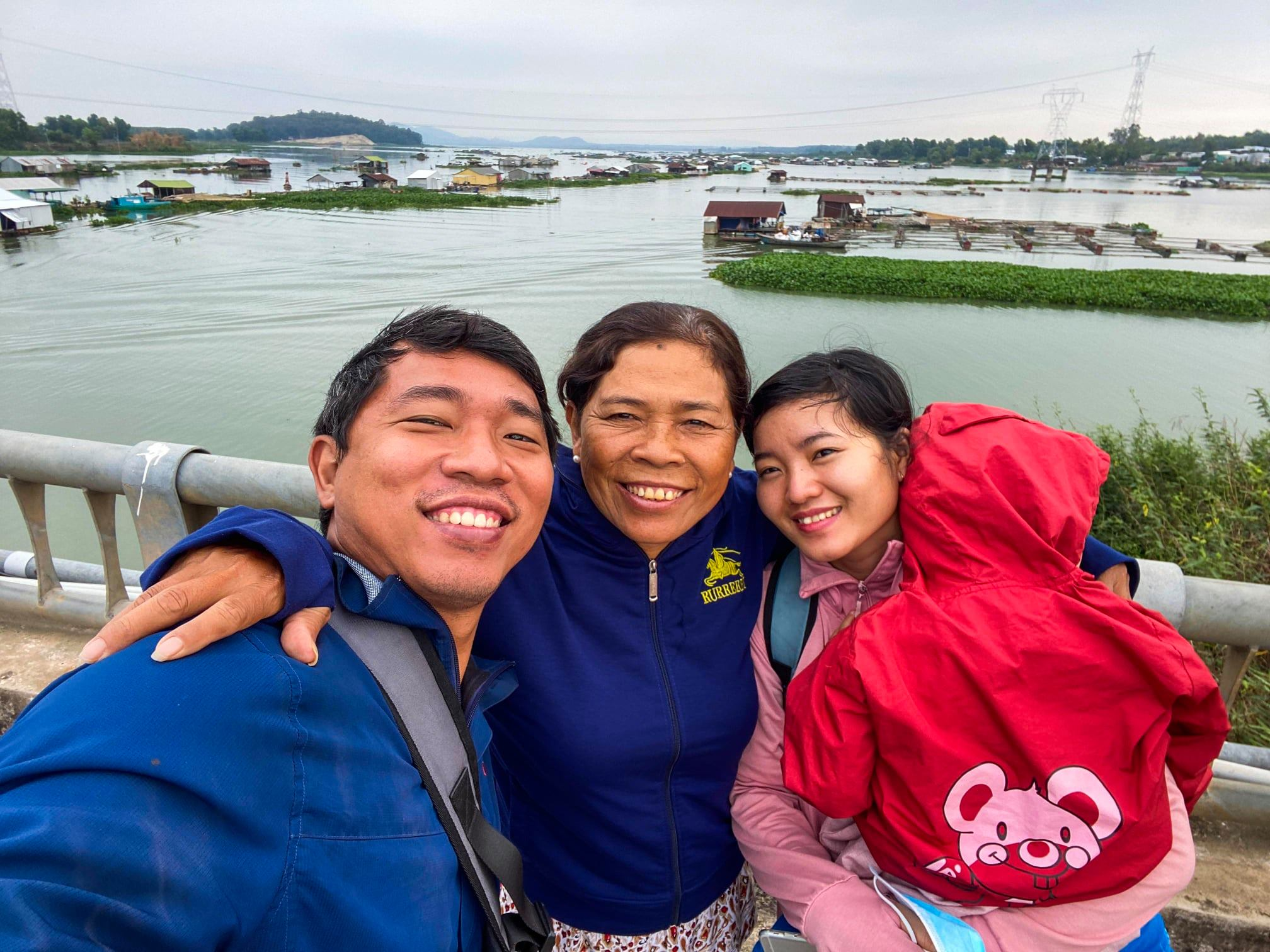 Tran Quang Dinh (left), his mother (second left), his wife and daughter stop to take a rest and pose for photo at Tri An Lake while traveling through the southern province of Dong Nai. Photo: Supplied