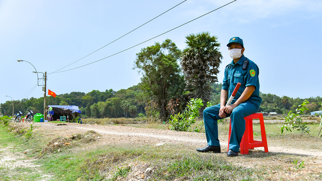 An officer is on duty along the Vietnam-Cambodia border. Photo: Khoa Nam / Tien Phong