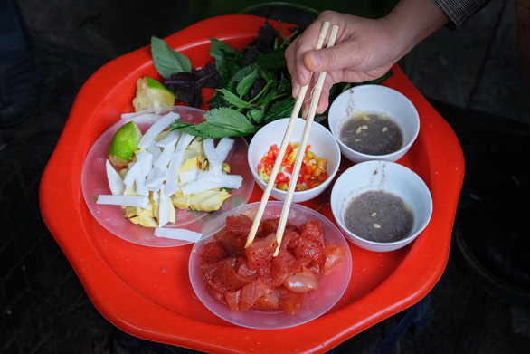 A complete serving of red jellyfish always comes with shrimp paste as dipping sauce. Photo: Nam Tran / Tuoi Tre
