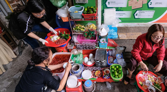 A red jellyfish stall in Hanoi's Hang Chieu Street is among a few shops still offering the dish. Photo: Nam Tran / Tuoi Tre