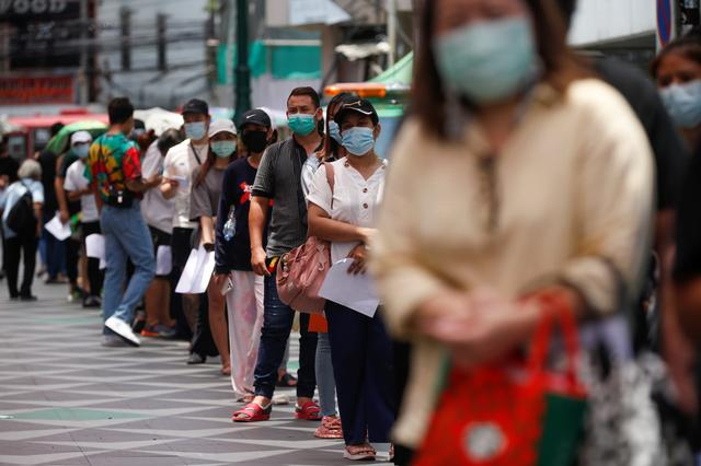 Local residents queue for a coronavirus disease (COVID-19) nasal swab test, in Bangkok, Thailand, April 14, 2021. Photo: Reuters