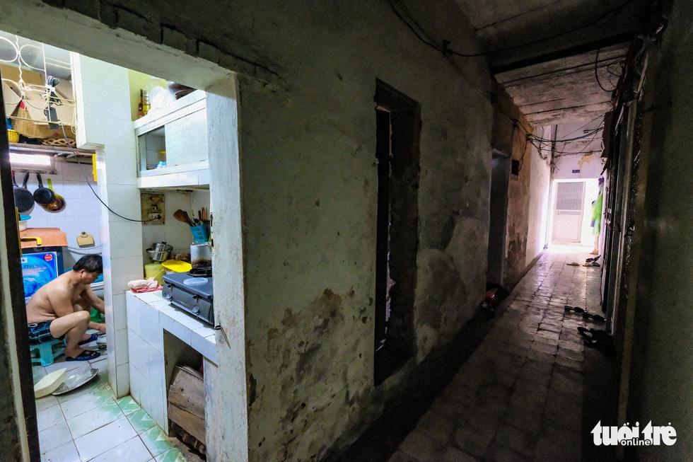 A hallway in the Van Chuong condominium area. – Photo: Nam Tran/Tuoi Tre