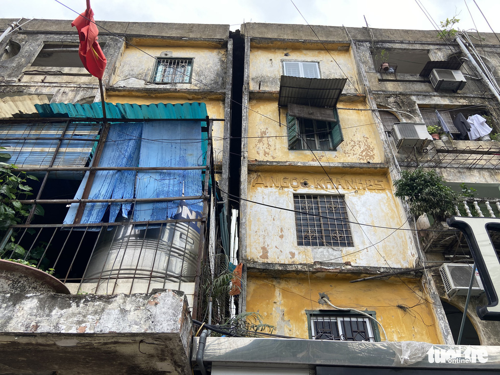 Sinking has cause an apartment building in Ngoc Khanh to tilt. – Photo: Quang The / Tuoi Tre