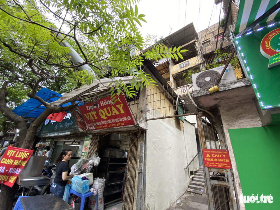 Shops at the ground level of a building in the Thanh Cong condominium area, Ba Dinh District. Old apartment buildings are the homes and livelihoods of many households. – Photo: Quang The / Tuoi Tre