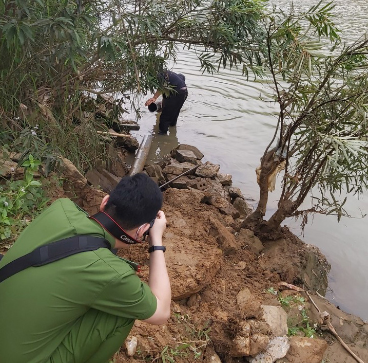 A forestry processing cooperative is found dumping untreated wastewater into Ma River in Quan Hoa District, Thanh Hoa Province, Vietnam, April 15, 2021. Photo: Binh An / Tuoi Tre