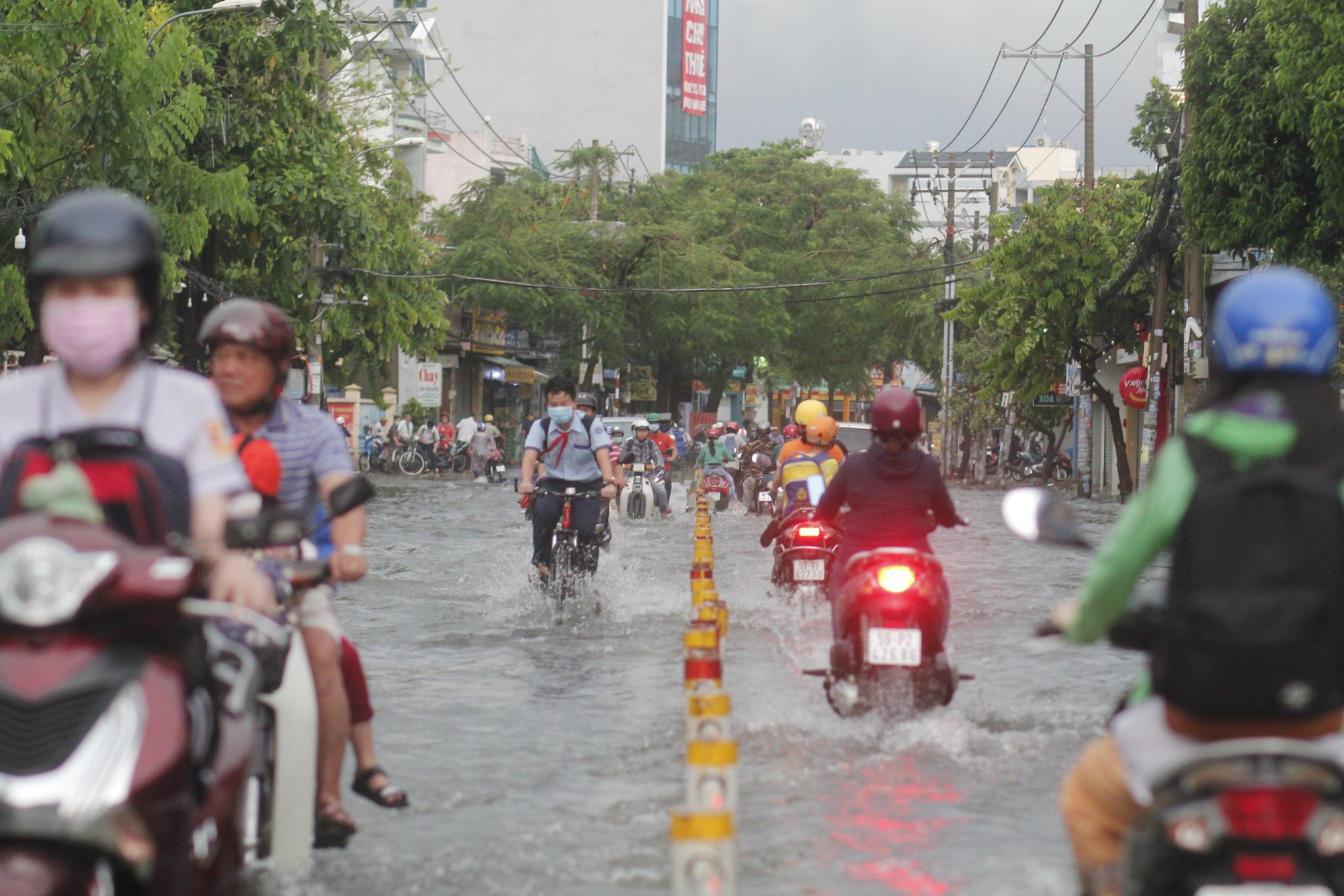 Commuters travel on flooded Nguyen Van Khoi Street in Go Vap District, Ho Chi Minh City, April 16, 2021. Photo: Chau Tuan / Tuoi Tre