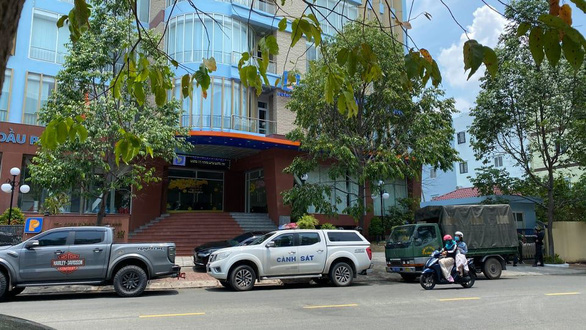 Police vehicles are seen in front of the headquarters of Petrolimex Long An in Long An Province during the arrest of Luong Dinh Tien, April 15, 2021. Photo: Son Lam / Tuoi Tre