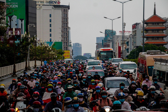 Commuters slog through traffic jam on Cong Ly Bridge in Phu Nhuan District, Ho Chi Minh City, April 15, 2021. Photo: Chau Tuan / Tuoi Tre