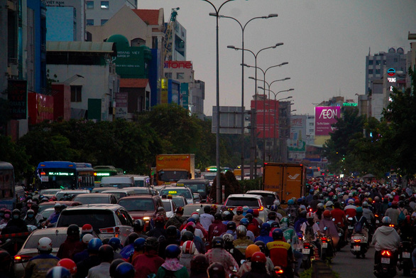 Commuters slog through traffic jam on Hoang Hoa Tham Street in Tan Binh District, Ho Chi Minh City, April 15, 2021. Photo: Chau Tuan / Tuoi Tre
