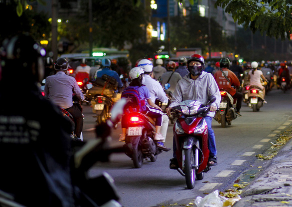 A motorbike driver in Ho Chi Minh City runs in reverse direction, April 15, 2021. Photo: Chau Tuan / Tuoi Tre