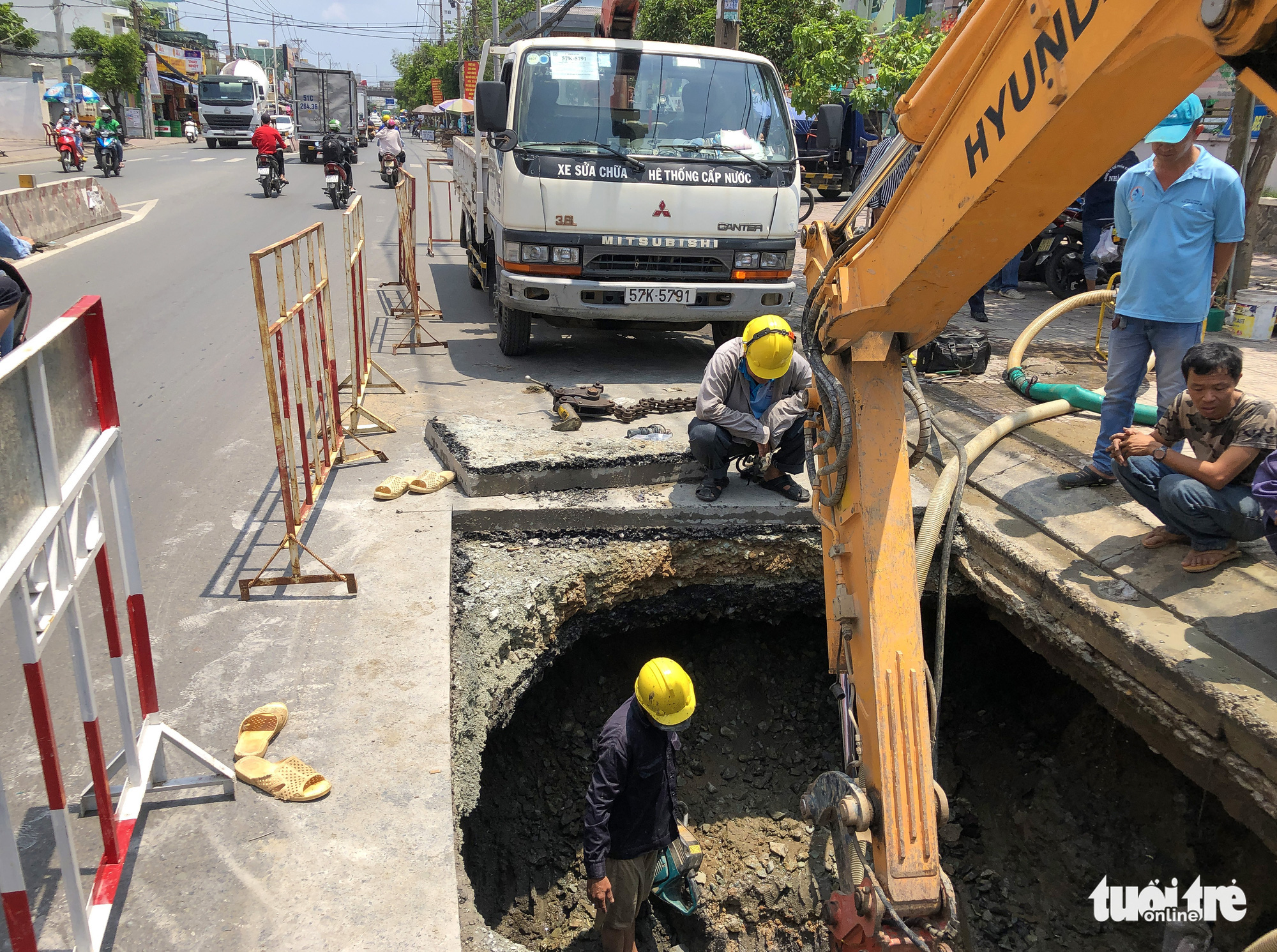 Dangerous sinkhole appears in Ho Chi Minh City
