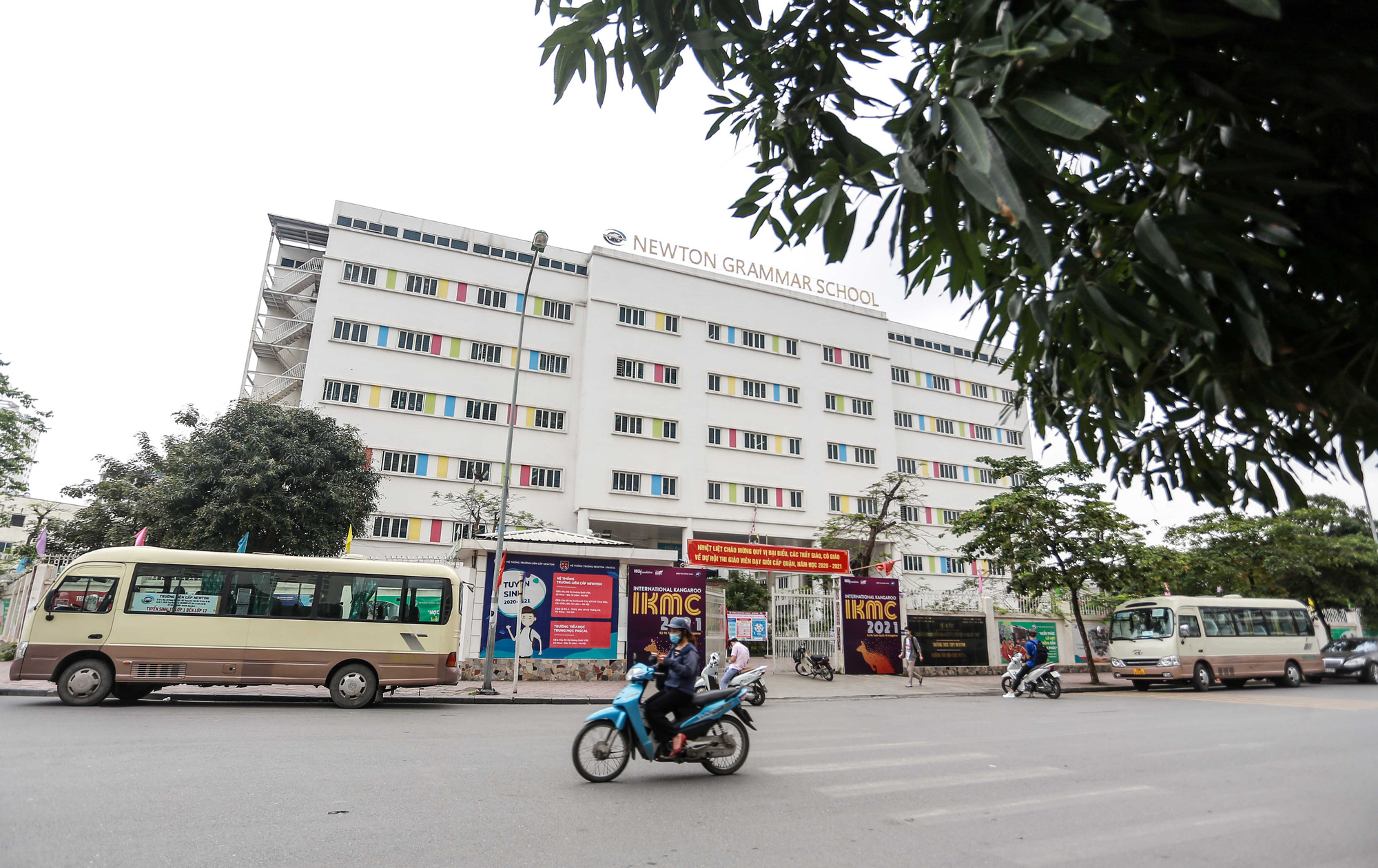 Students suffer from allegedly contaminated food at two schools in Hanoi