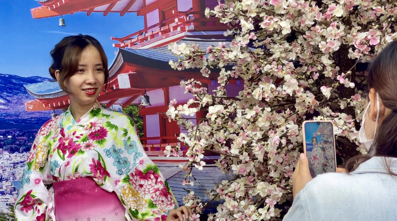 A young woman don Japanese yukata and pose for a photo at the Japan Vietnam Festival in Ho Chi Minh City on April 17, 2021. Photo: Dong Nguyen / Tuoi Tre News