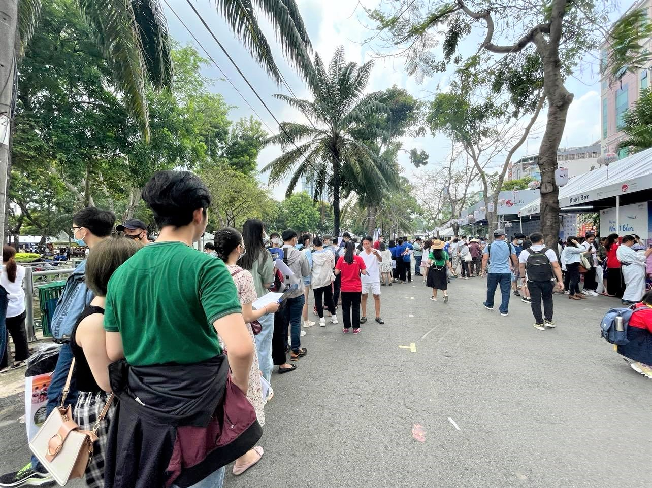 People line up to do a survey by the Japan National Tourism Organization and exchange gifts at the Japan Vietnam Festival in Ho Chi Minh City on April 17, 2021. Photo: Dong Nguyen / Tuoi Tre News