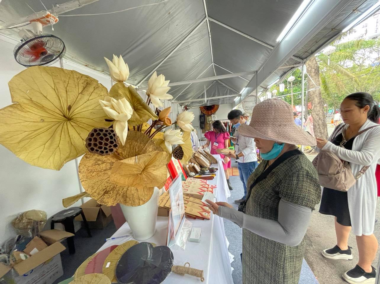 Festival goers visit a booth selling products made from lotus at the Japan Vietnam Festival in Ho Chi Minh City on April 17, 2021. Photo: Dong Nguyen / Tuoi Tre News