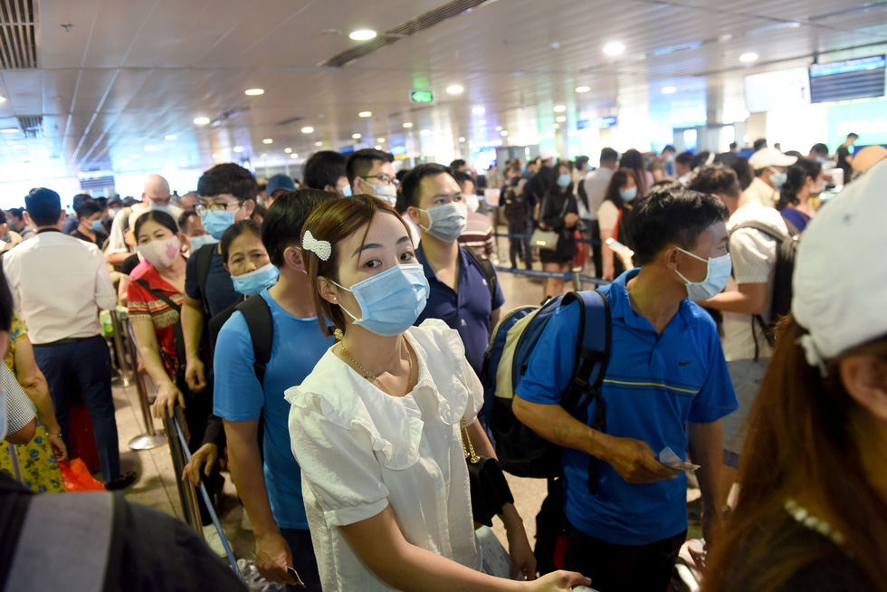 Passengers crowd security area of int'l airport in Ho Chi Minh City