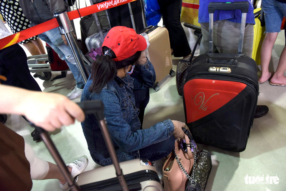 A passenger sits in the queue at Tan Son Nhat International Airport in Ho Chi Minh City, April 18, 2021. Photo: Tuoi Tre