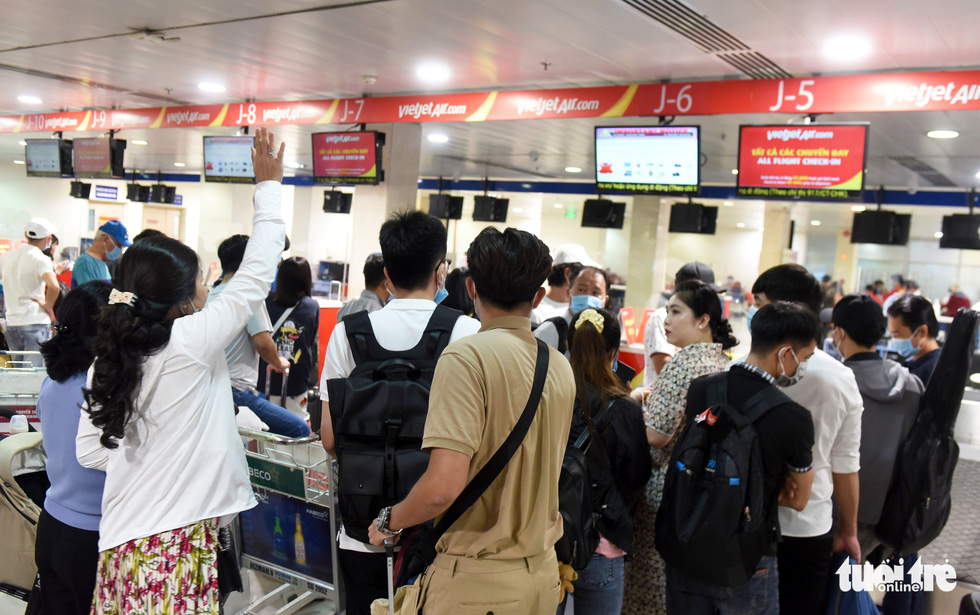 Some passengers nearly miss their flights due to a long wait at Tan Son Nhat International Airport in Ho Chi Minh City, April 18, 2021. Photo: Tuoi Tre
