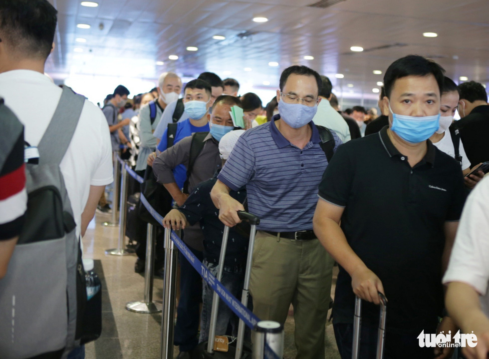 Passengers crowd the security screening area of Tan Son Nhat International Airport in Ho Chi Minh City, April 18, 2021. Photo: Tuoi Tre