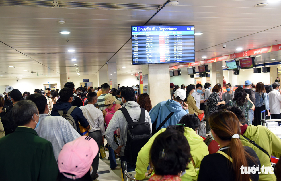 Passengers crowd the entrance to the security screening area of Tan Son Nhat International Airport in Ho Chi Minh City, April 18, 2021. Photo: Tuoi Tre