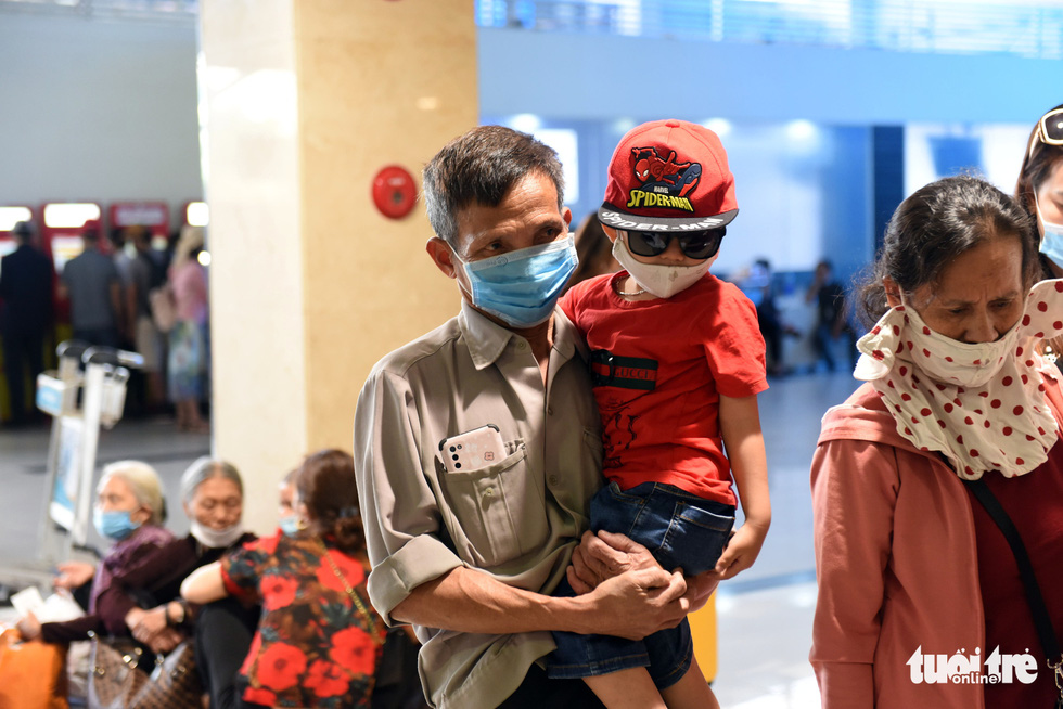 Some elderly people and children feel tired due to a long wait at Tan Son Nhat International Airport in Ho Chi Minh City, April 18, 2021. Photo: Tuoi Tre